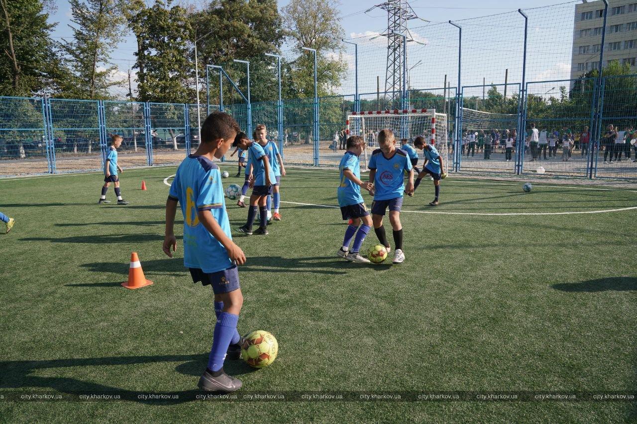 В школе №94 открыли реконструированный стадион: Терехов подарил школьникам футбольные мячи. ФОТО | Первая Столица Харьков