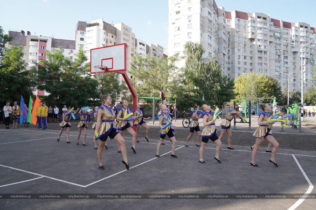 В школе №94 открыли реконструированный стадион: Терехов подарил школьникам футбольные мячи. ФОТО