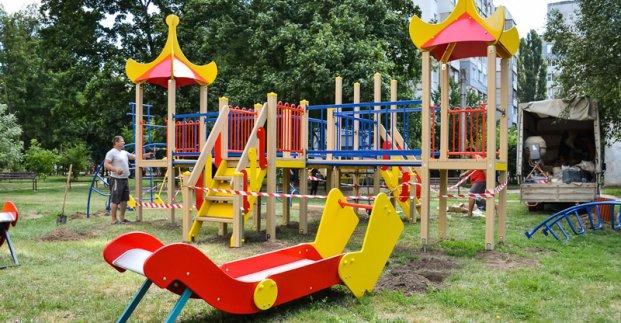 У місті ремонтують дитячі майданчики