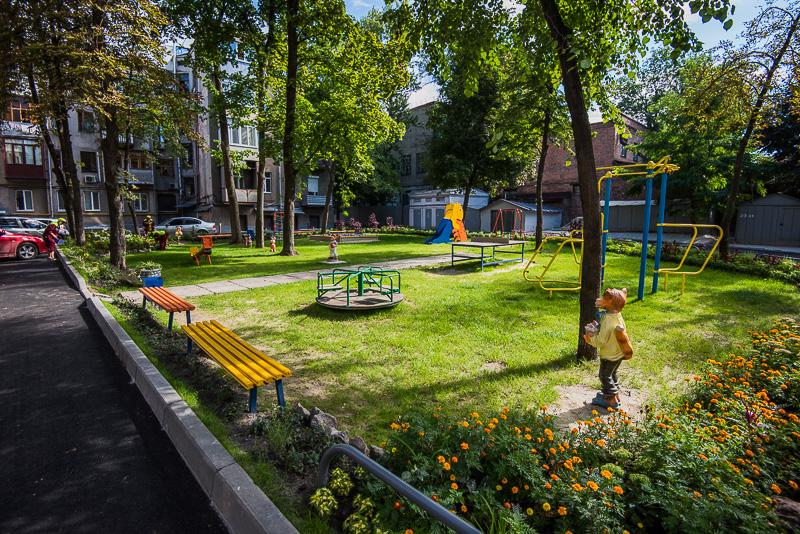 У дворах Київського району посадили понад 70 тисяч квітів і близько 200 дерев