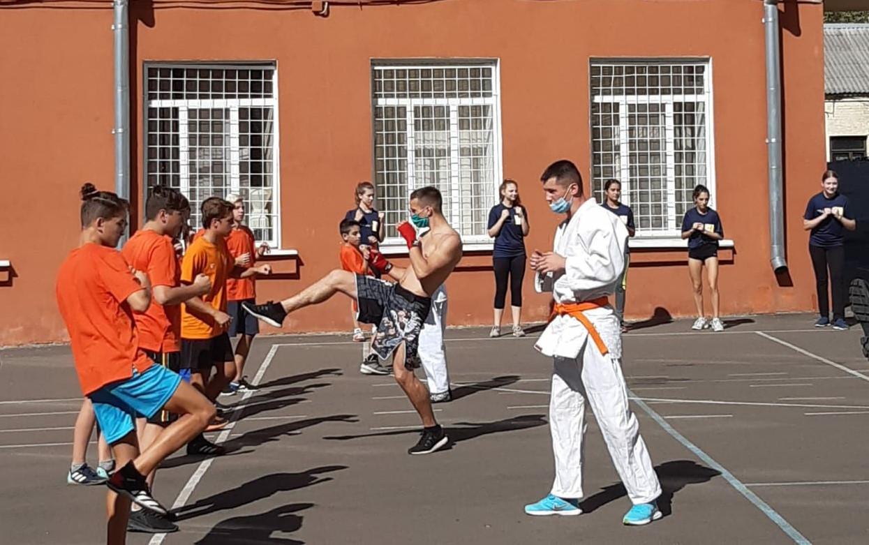 У Київському районі чемпіони з різних видів спорту провели уроки для школярів