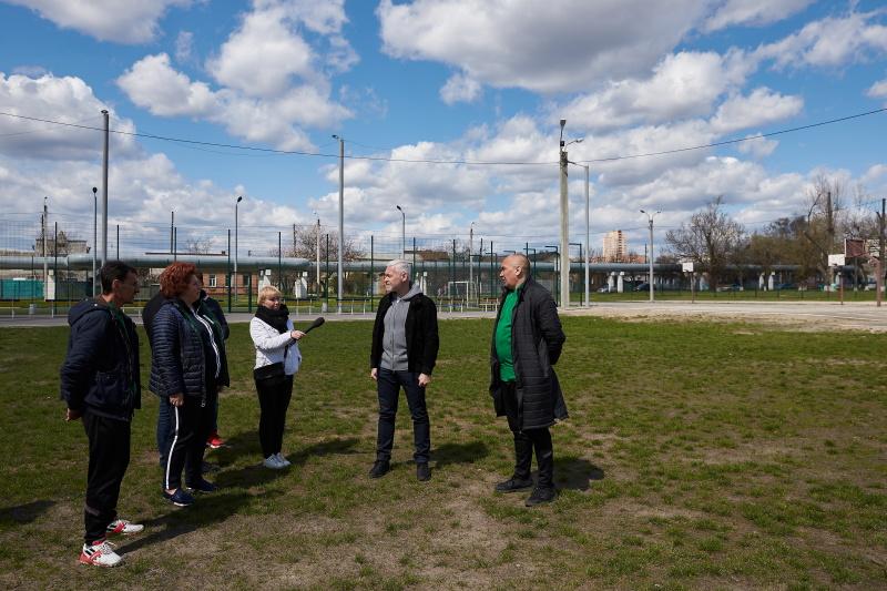 У сквері імені Сафарова посадили сакури і відновлять футбольне поле