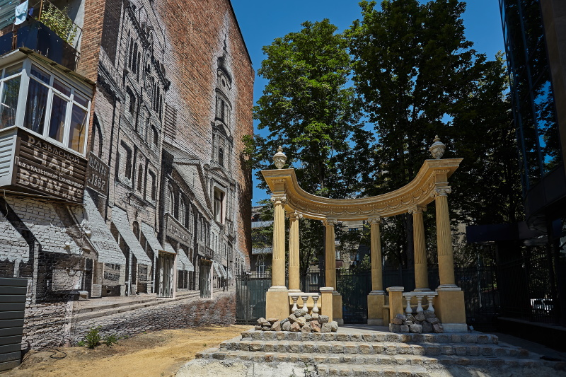 У центрі Харкова відновили старовинну ротонду і намалювали мурал